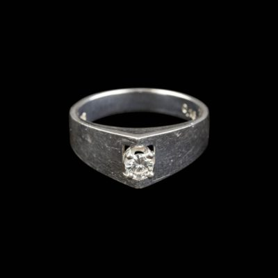 DESIGN RING MIT BRILLANT-SOLITAIRE