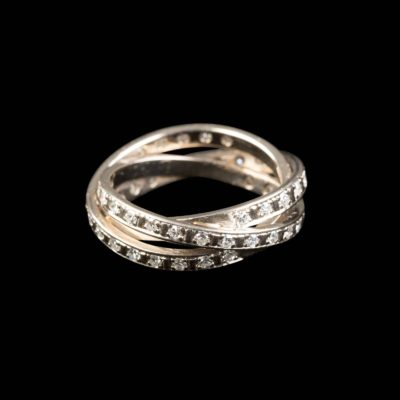 ELEGANTER TRINITY-RING MIT DIAMANTBESATZ