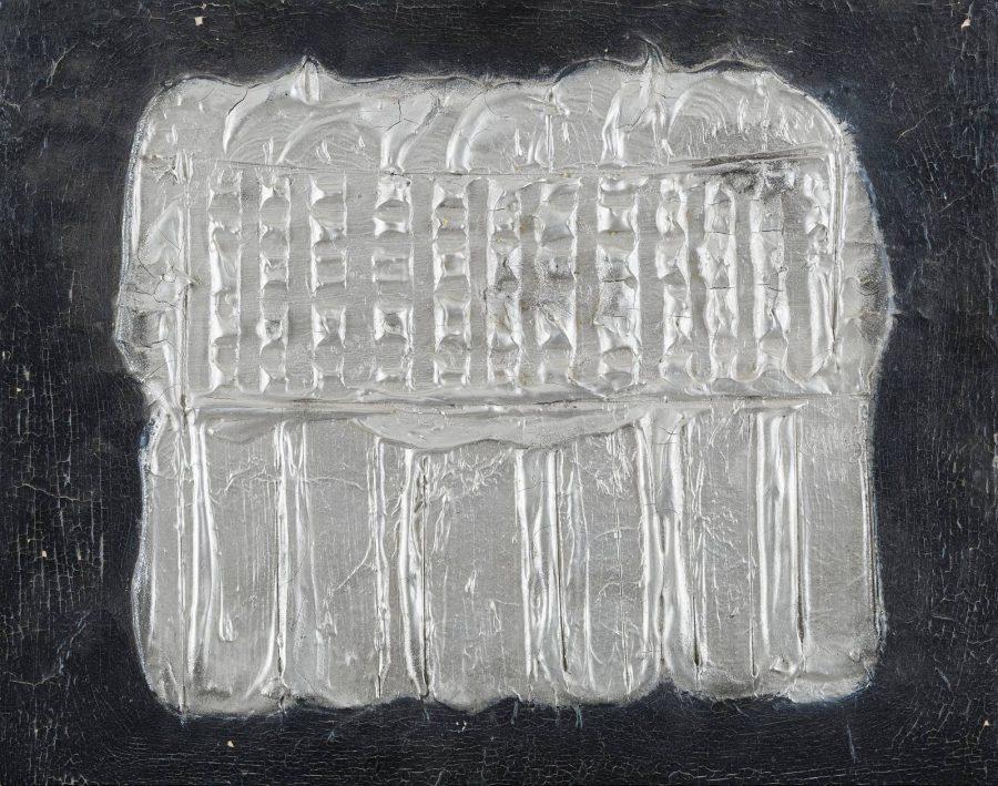 Zwei Objekte mit Reliefs